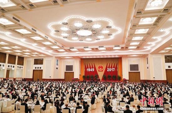 9月30日晚,国务院在北京人民大会堂举行国庆招待会,热烈庆祝中华人民共和国成立六十八周年。习近平、李克强、张德江、俞正声、刘云山、王岐山、张高丽等党和国家领导人与中外人士欢聚一堂,共庆佳节。 中新社记者 杜洋 摄