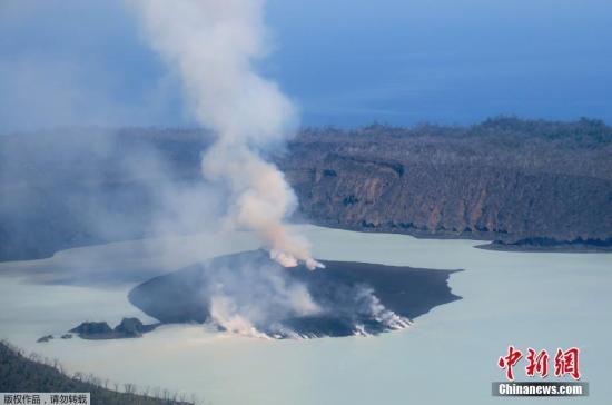 资料图:当地时间2017年10月1日,位于南太平洋瓦努阿图马纳罗火山喷发出烟雾和火山灰。该火山从上周开始就出现喷发火山灰和气体的迹象。当地政府已于28号安排政府船只和商业渔船将岛上近一万名居民全部撤离到邻近的岛屿。