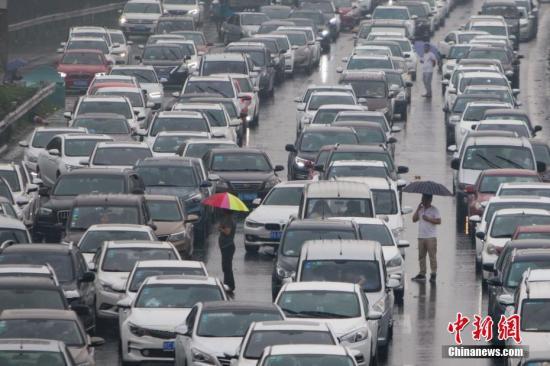 资料图:10月1日,通往南京长江二桥的高速公路上,大批车辆拥堵不前。中新社记者 泱波 摄