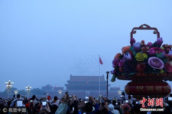 10月1日,北京,近10万各界群众在天安门广场观看升国旗仪式的场景。蒋建华 摄 图片来源:视觉中国