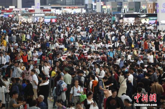 """10月1日,国庆长假首日,上海虹桥火车站开启""""黄金周""""模式,站内客流呈现大幅上升态势,候车大厅内人山人海。 张亨伟 摄"""