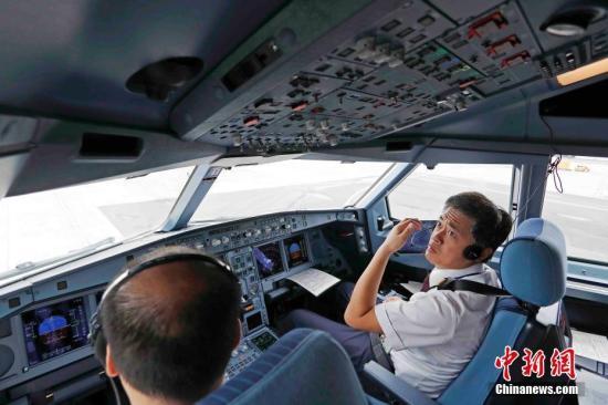 东航MU599航班的机组做航前起飞准备。殷立勤 摄