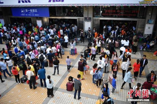 资料图:昆明火车站售票区外排队的旅客。中新社记者 刘冉阳 摄