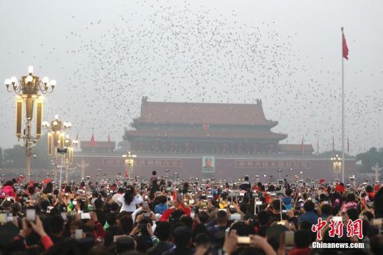 10月1日,数万民众在北京天安门广场观看国庆升旗仪式。中新社记者 盛佳鹏 摄