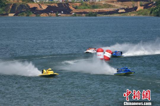 选手驾驶摩托艇疾驰在柳江河面上,马达声轰鸣,演绎了速度与激情。 黄威铭 摄