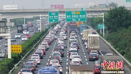 沪宁高速无锡段,无锡至无锡北之间,车流量猛增。 孙权 摄