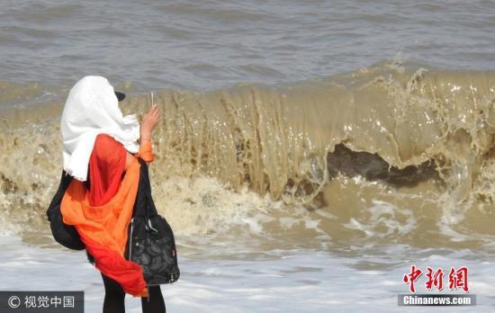 10月2日,游客在连云港市连云区海岸边观赏巨浪。耿玉和 摄 图片来源:视觉中国
