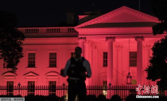 """当地时间10月1日,超级星伴奏,美国华盛顿白宫为""""乳腺癌防治宣传月""""点亮粉红色灯光。"""