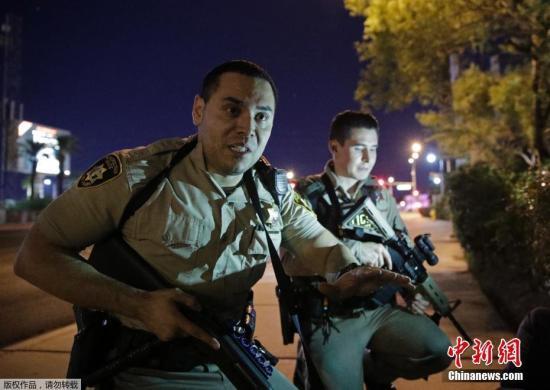 当地时间10月1日,美国拉斯维加斯曼德勒海湾赌场度假村附近发生枪击事件。目前,警方称正调查此事。