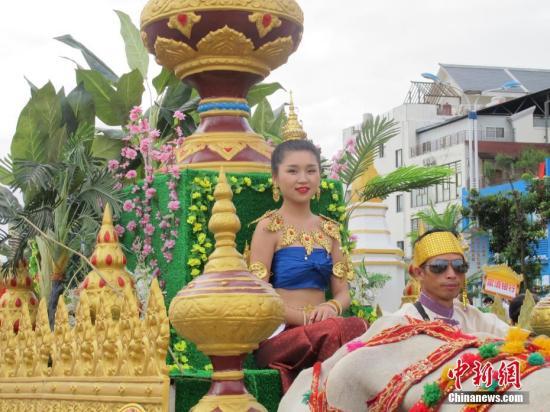 10月2日,第十七届中缅胞波狂欢节在云南德宏州瑞丽市盛大开幕,随着中缅两国国旗一同升上天空,两国边民以牛车选美与舞蹈巡演拉开了胞波节的帷幕,老挝、泰国、越南祝贺团也纷纷登场,共襄盛会。<a target='_blank' href='http://www.chinanews.com/'>中新社</a>记者 陈静 摄