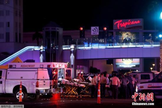根据此前报道,这起枪击事件发生在拉斯维加斯曼德列湾赌场酒店附近。有目击者称,事发时,枪手从高处向人群射击,枪声持续时间超过5分钟。