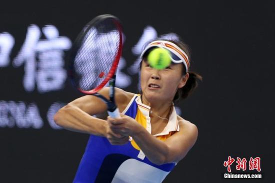 10月2日,彭帅在比赛中。当日,正在北京举行的2017年中国网球公开赛女单首轮比赛中,中国金花彭帅苦战三盘,战胜美国选手罗杰斯,晋级下一轮。<a target='_blank' href='http://www.chinanews.com/'>中新社</a>记者 韩海丹 摄