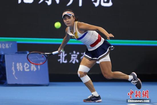 10月2日,彭帅在比赛中。当日,正在北京举行的2017年中国网球公开赛女单首轮比赛中,中国金花彭帅苦战三盘,战胜美国选手罗杰斯,晋级下一轮。中新社记者 韩海丹 摄