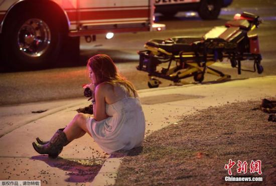 受到惊吓的音乐会观众坐在路边休息。