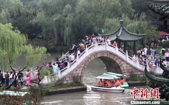 图为瘦西湖二十四桥游人如织。 崔佳明 摄