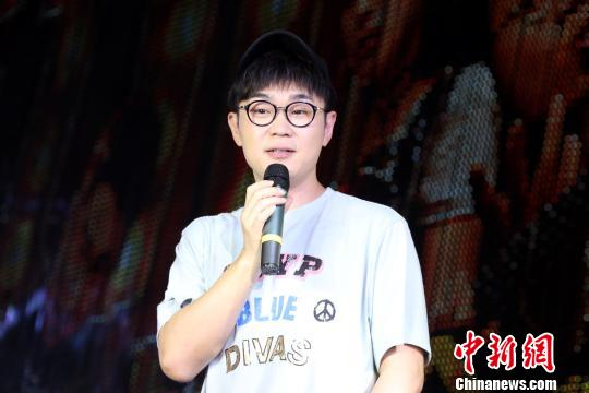 10月1日晚,大鹏(董成鹏)携其自导自演的喜剧电影《缝纫机乐队》来到江西南昌新建中心商业广场进行宣传造势。 刘占昆 摄