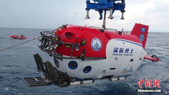 """10月3日,""""深海勇士""""号载人深潜试验队在中国南海完成""""深海勇士""""号载人潜水器的全部海上试验。""""深海勇士""""号载人潜水器是国家""""十二五""""863计划的重大研制任务,由中国船舶重工集团702所牵头、国内94家单位共同参与。图为8月中旬拍摄的""""深海勇士""""号载人潜水器海上试验。 <a target='_blank' href='http://www.chinanews.com/'>中新社</a>记者 张素 摄"""