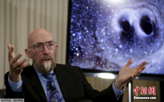 """瑞典斯德哥尔摩当地时间10月3日,瑞典皇家科学院将2017年诺贝尔物理学奖授予Rainer Weiss,Barry C. Barish和Kip S. Thorne,以表彰他们在引力波研究方面的贡献。2017年诺贝尔奖奖金为900万瑞典克朗,比2016年增加了100万瑞典克朗。去年的诺贝尔物理学奖授予了3位发现""""物质的拓扑相变和拓扑相理论""""的科学家。图为Kip S. Thorne(资料图)。"""
