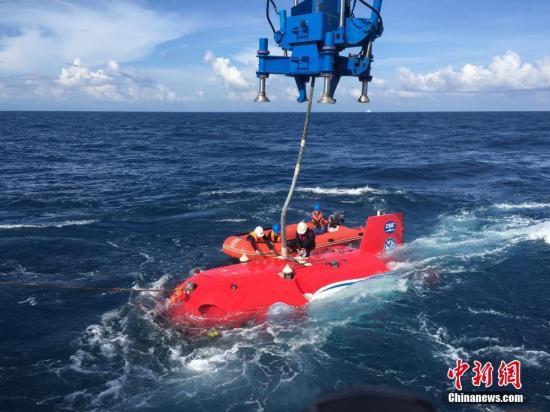 """图为""""深海勇士""""号载人潜水器进行海上试验。 中新社记者 张素 摄"""