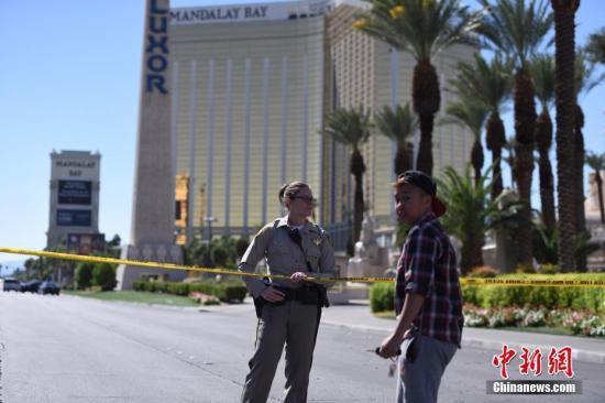 当地时间10月1日晚,美国西部旅游胜地拉斯维加斯发声枪击事件。一名枪手在曼德勒海湾酒店高层向正在参加露天音乐会的人群扫射,截至当地时间10月2日中午已造成50多人死亡。2日,警方在酒店四周拉起警戒线,警车和全副武装的警察严阵以待,不少媒体记者和游客也聚集于此。 中新社记者 张朔 摄