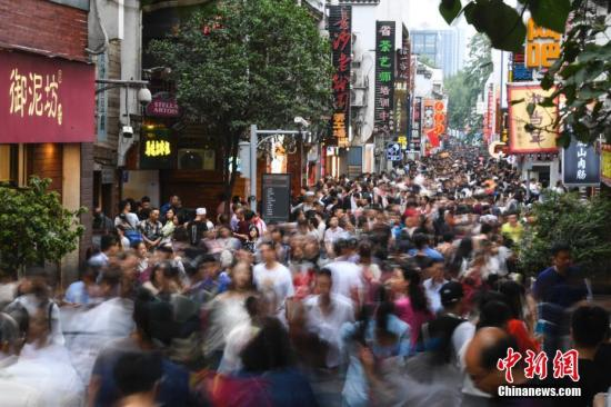 """10月3日,正值""""十一""""假期的第三天,湖南长沙迎来了客流高峰,黄兴路步行街及太平老街等地纷纷被众多的人群所""""占领"""",人们在街道上行走变得十分困难。 杨华峰 摄"""