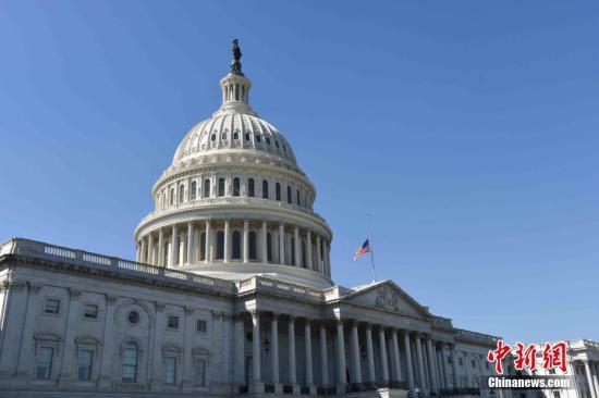 当地时间10月2日,美国国会为拉斯维加斯枪击事件遇难者降半旗致哀。 中新社记者 刁海洋 摄