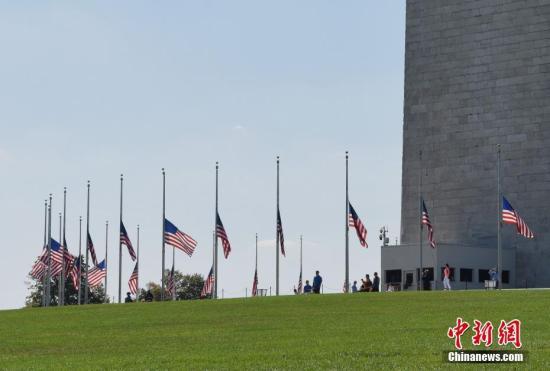 当地时间10月2日,华盛顿纪念碑为拉斯维加斯枪击事件遇难者降半旗致哀。 <a target='_blank' href='http://www.chinanews.com/'>中新社</a>记者 刁海洋 摄