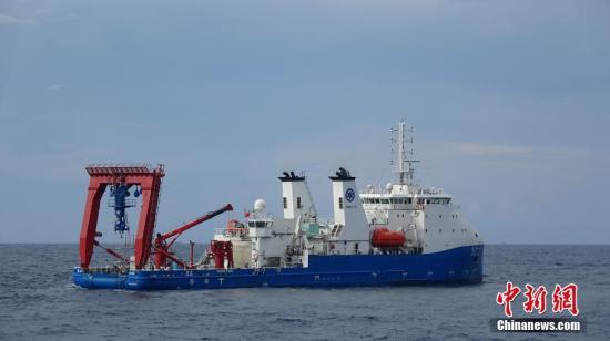 """10月3日,""""深海勇士""""号载人深潜试验队在中国南海完成""""深海勇士""""号载人潜水器的全部海上试验。""""深海勇士""""号载人潜水器是国家""""十二五""""863计划的重大研制任务,由中国船舶重工集团702所牵头、国内94家单位共同参与。图为8月中旬,""""探索一号""""载人潜水器支持母船。 记者 张素 摄"""