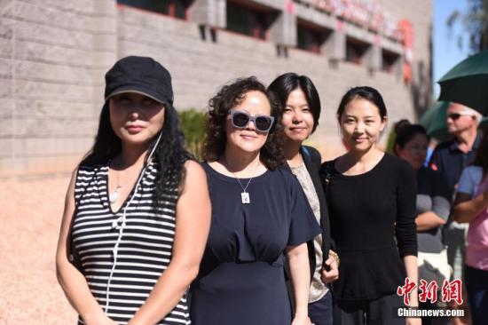 2日,很多拉斯维加斯当地华人前往血液中心,为在枪击事件中受伤的人们献血。人们还带来很多食物和水,送给献血者和志愿者。 <a target='_blank' href='http://www.chinanews.com/'>中新社</a>记者 张朔 摄