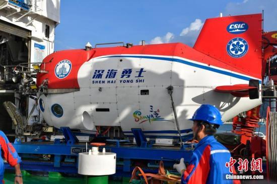 """10月3日,""""深海勇士""""号载人深潜试验队在中国南海完成""""深海勇士""""号载人潜水器的全部海上试验任务后,返航三亚港。 """"深海勇士""""号载人深潜试验队由中国科学院深海科学与工程研究所牵头,来自中国的19个企事业单位的112名队员和""""探索一号""""载人潜水器支持母船、""""中国海监2168""""警戒船共同组成。 骆云飞 摄"""