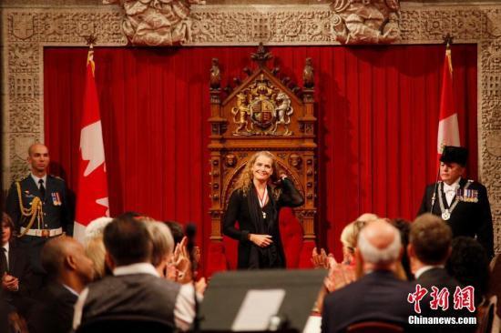 出生于1963年10月的前女航天员朱莉?佩耶特(Julie Payette),当地时间10月2日正式就任加拿大新一任总督。她是加拿大联邦成立150年以来的第29任总督,也是第四位女总督。佩耶特曾在1992至2013年间担任航天员,并曾两度飞入太空,亦出任过加拿大航天局的首席航天员。图为佩耶特出席在渥太华国会山庄举行的就任典礼。 余瑞冬 摄