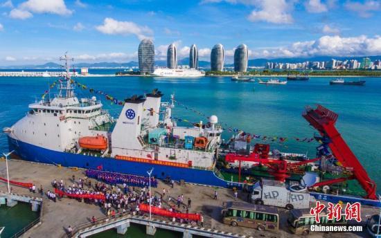 """3日,""""深海勇士""""号载人深潜试验队返航三亚港。""""深海勇士""""号载人深潜试验队由中国科学院深海科学与工程研究所牵头,来自中国的19个企事业单位的112名队员和""""探索一号""""载人潜水器支持母船、""""中国海监2168""""警戒船共同组成。图为航拍""""探索一号""""载人潜水器支持母船。 骆云飞 摄"""