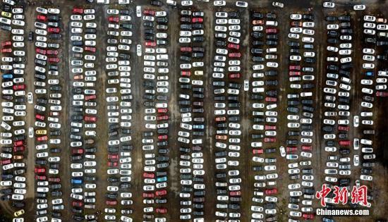 10月3日,国庆黄金周第三天,古城扬州旅游再迎高峰,航拍一景区停车场,停满车辆颇为壮观。 孟德龙 摄