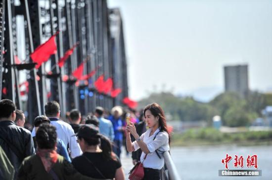 2016年中国出境旅游1.22亿人次共花费1098亿美元
