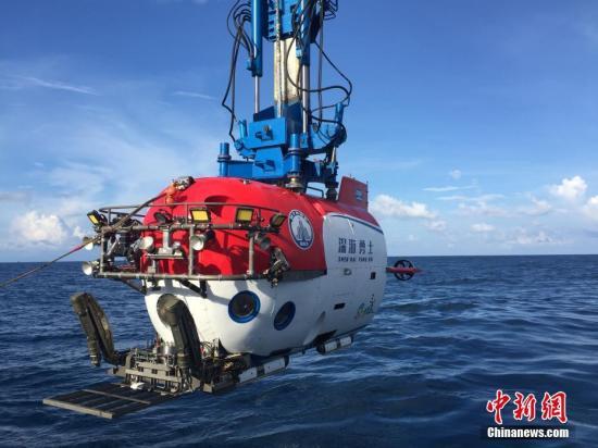 """2017年10月3日,""""深海勇士""""号载人深潜试验队在我国南海完成""""深海勇士""""号载人潜水器的全部海上试验任务后,胜利返航三亚港。""""深海勇士""""号载人潜水器是""""十二五""""863计划的重大研制任务,由中国船舶重工集团702所牵头、国内94家单位共同参与,研发团队历经八年持续艰苦攻关,在""""蛟龙""""号研制与应用的基础上,进一步提升我国载人深潜核心技术及关键部件自主创新能力,降低运维成本,有力推动深海装备功能化、谱系化建设。试验队于2017年8月16日从三亚港启航,圆满完成了各项海试任务,通过了中国船级社的入级检验和专家组现场验收。""""深海勇士""""号将面向全国开放,在未来将迅速开展一系列科学应用,必将成为我国挺..."""