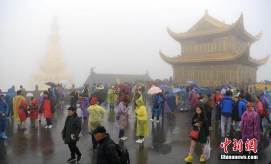 10月3日,国庆中秋长假第三天,四川峨眉山景区迎来长假旅游小高峰,景区内游人如织。