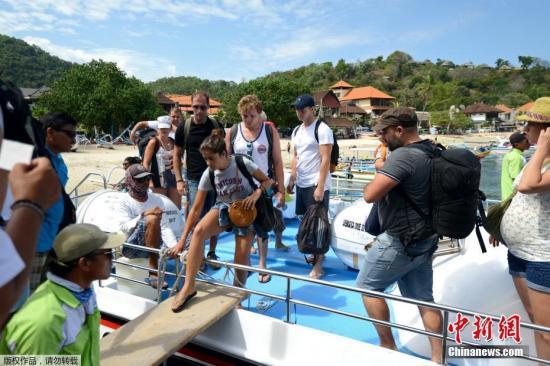 本地工夫2017年10月3日,印度僧西亚帕当湾,正在印僧度假胜天巴厘岛,很多游客会萃正在海边筹办租船出海玩耍。间隔度假胜天Kuta75千米的阿贡水山随时存正在喷收的能够。