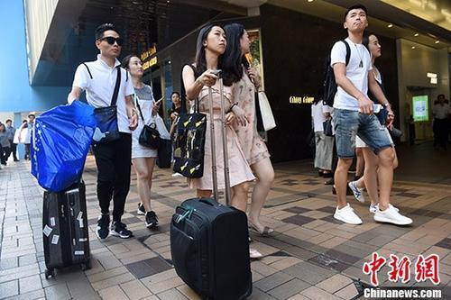 资料图:内地旅客在香港闹市逛街。 记者 谭达明 摄