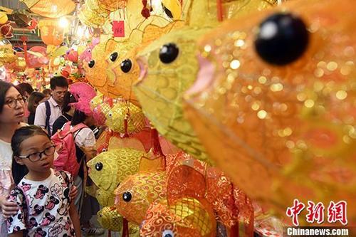 """资料图:十一国庆黄金周期间,香港元朗大桥街市的小巷,布置成""""灯笼街""""。 记者 谭达明 摄"""