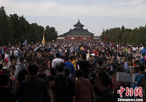 资料图:游客在北京天坛公园游览。 中新社记者 刘关关 摄