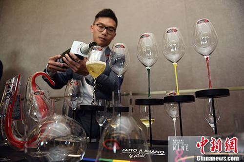 资料图:美酒展示。 <a target='_blank' href='http://www.chinanews.com/'>中新社</a>记者 谭达明 摄