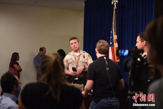 当地时间10月3日下午6时许,美国拉斯维加斯警方在拉斯维加斯大都会区警察局总部就10月1日晚严重枪击事件最新调查进展举行发布会,首次披露了枪击事件的现场警方视频。 <a target='_blank' href='http://www.chinanews.com/'>中新社</a>记者 张朔 摄