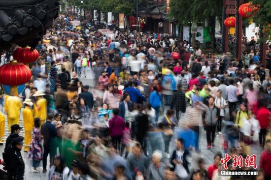 10月4日,大批游客涌入南京夫子庙景区,参观秦淮河两岸风光,感受明清科举文化。当日,中国国家旅游局发布的信息显示,假期前四天,全国共接待国内游客4.61亿人次,同比增长11.4%,实现国内旅游收入3856亿元,同比增长13.6%。 <a target='_blank' href='http://www.chinanews.com/'>中新社</a>记者 泱波 摄