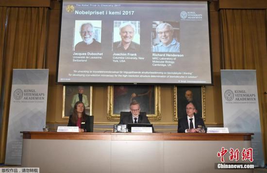 10月4日消息,2017年诺贝尔化学奖颁给雅克・杜波切特(Jacques Dubochet), 阿希姆・弗兰克(Joachim Frank)和理查德・亨德森(Richard Henderson),表彰他们发展了冷冻电子显微镜技术,以很高的分辨率确定了溶液里的生物分子的结构。诺贝尔化学奖是以瑞典著名化学家、硝化甘油炸药发明人阿尔弗雷德・贝恩哈德・诺贝尔的部分遗产作为基金创立的5项奖金之一。作为全球化学界的最高荣誉,该奖项从1901年起,每年10月由瑞典皇家科学院遴选公布,用以表彰在化学界最杰出的科学家。获奖的科学家除了将亲赴瑞典领奖,也可获得国际诺贝尔奖基金会颁发的高额奖金,2017年奖金已...