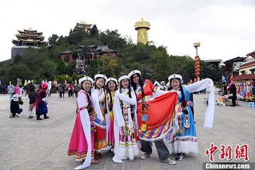 10月3日,着藏族服饰的游客在独克宗古城月光广场上合影。 <a target='_blank' href='http://www.chinanews.com/'>中新社</a>记者 李进红 摄