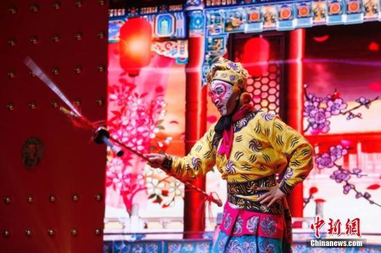 图为北京的艺术家在开幕式文艺演出中表演京剧《闹龙宫》选段。 中新社记者 余瑞冬 摄