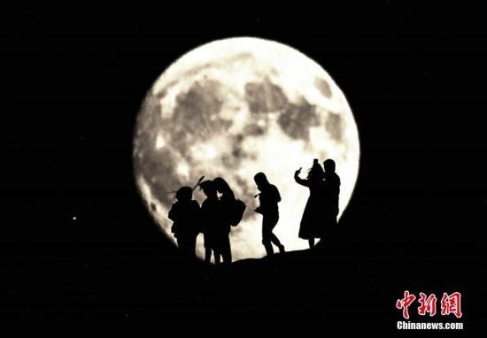资料图:中秋赏月。 王斌银 摄