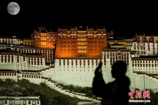 资料图:西藏拉萨布达拉宫广场。 中新社新电力网 何蓬磊 摄
