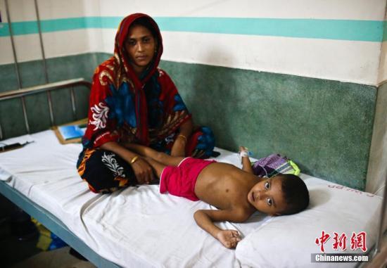 9月27日,一位儿童躺在达卡一家医院的病床上。孟加拉国目前面临公共医疗卫生方面的挑战,包括有限的、不公平的医疗服务使用权,以及缺乏足够的资源来满足人口的需求。 中新社记者 刘关关 摄