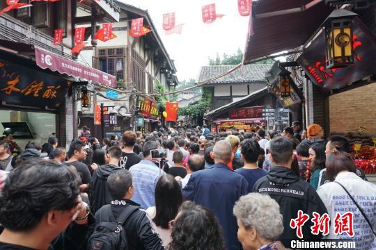 磁器口古镇被国内外游客挤爆。 孙权 摄